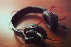 Žične ali brezžične slušalke