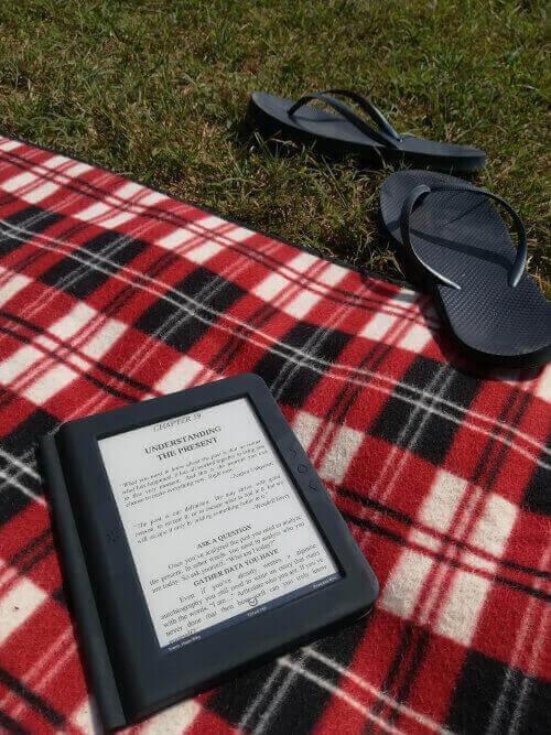 Bralnik e-knjig ima zaslon ki ne odbija svetlobe na soncu